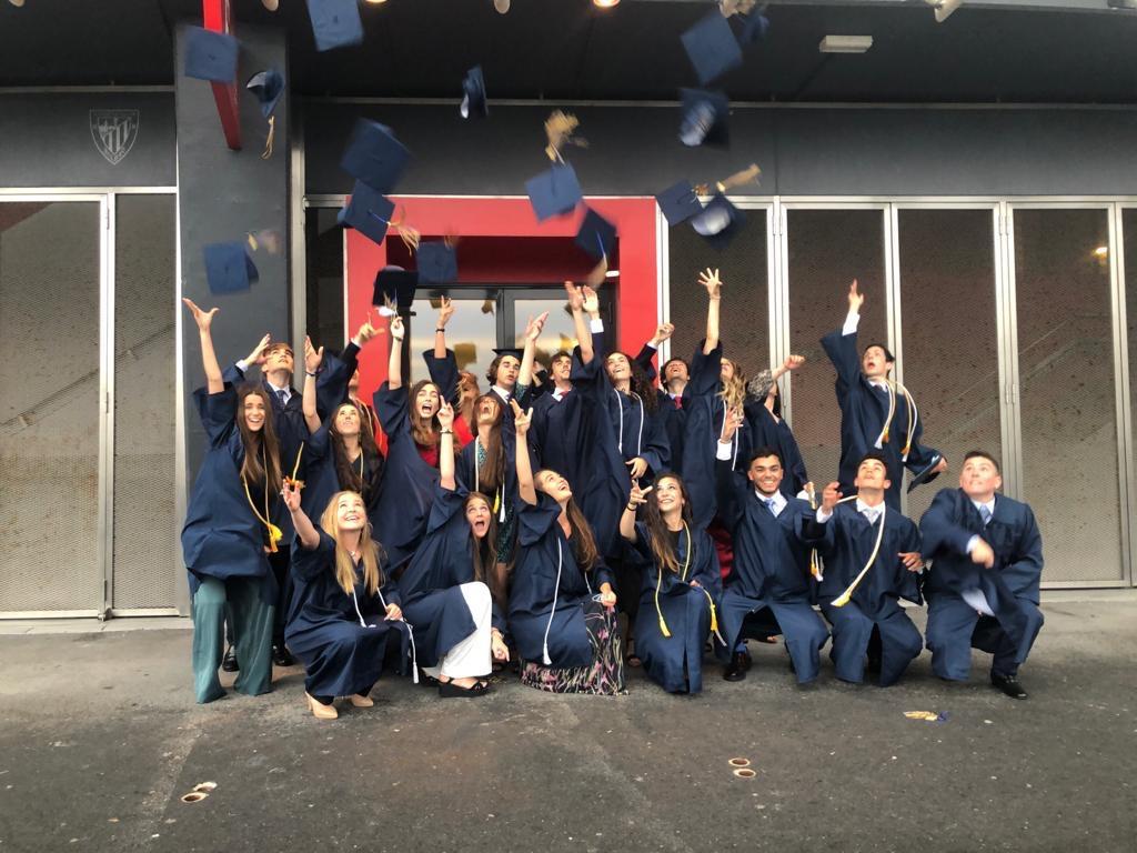Los alumnos del American School of Bilbao reciben los diplomas de su graduación en San Mamés.